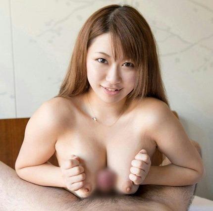 大きな乳房でチ●コをしっかりと挟んで、パイズリしてくれる女の子たち