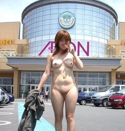 露出するのが大好きな素人女性たちは、どこにいても裸になっちゃう