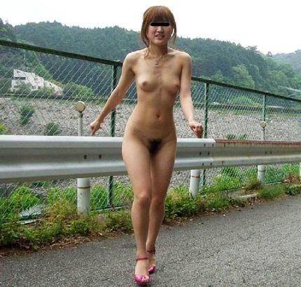 変態な素人さんたちは、野外でも服を脱いで素っ裸になるのが趣味なんだね