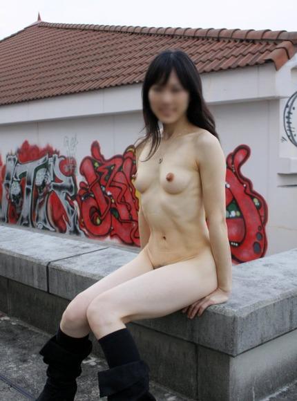 野外で裸になっちゃう素人の露出狂さんは、路上でも店内でも裸になるんだね