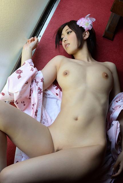 浴衣を脱いでヌードになっていく美女を眺めるのが楽しい