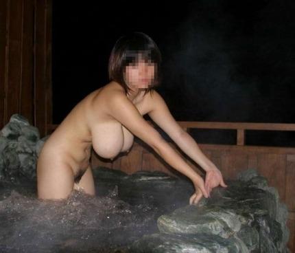 露天風呂で風呂に入っている素っ裸の女の子を記念撮影しちゃう