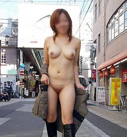明るい屋外で服を脱ぎ、ヌードになっちゃう露出狂さん