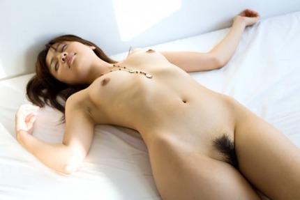 素っ裸っで寝ている女性を見ると、ムラムラしてきちゃう