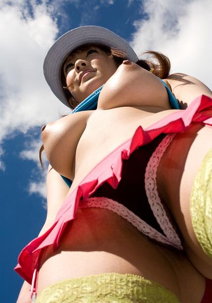 巨乳の女性を下から見上げると、エロさ倍増だね