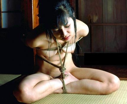 緊縛されてるヌード女性って、イタズラしたくなっちゃうね