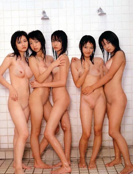 ヌードになった女性たちが集まると、エロさも倍増するね