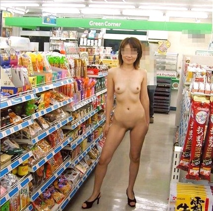 店内で客もいるのにお構いなしに服を脱ぎ、なぜか裸になっちゃう変態素人さん