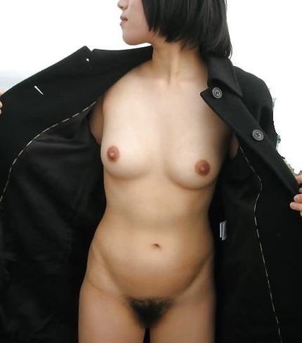 素人の露出狂女性たちは、何処にいても服を脱いで裸になっちゃう