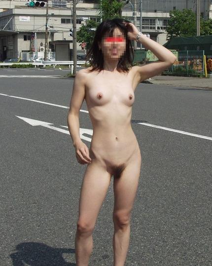 何処でも構わず服を脱ぎ、ヌードになっちゃう露出狂の女性