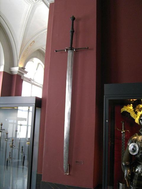 800px-Dresden-Zwinger-Armoury-bi-handed-sword