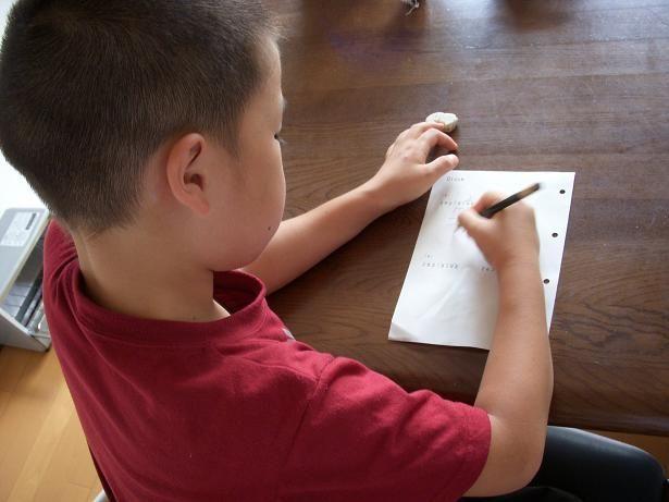 宿題をする孫