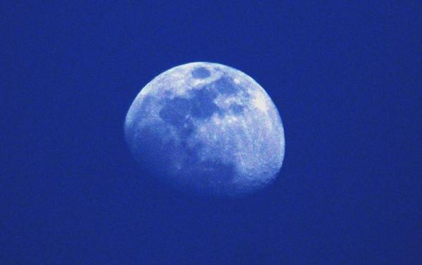 昼間の月は