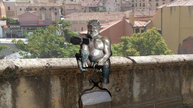 「陽気過ぎる」悪魔像、キリスト教徒から批判相次ぐ スペイン[02/19]