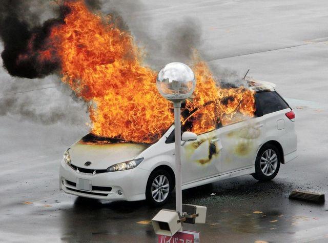 イオンの駐車場に止まってる車が炎上