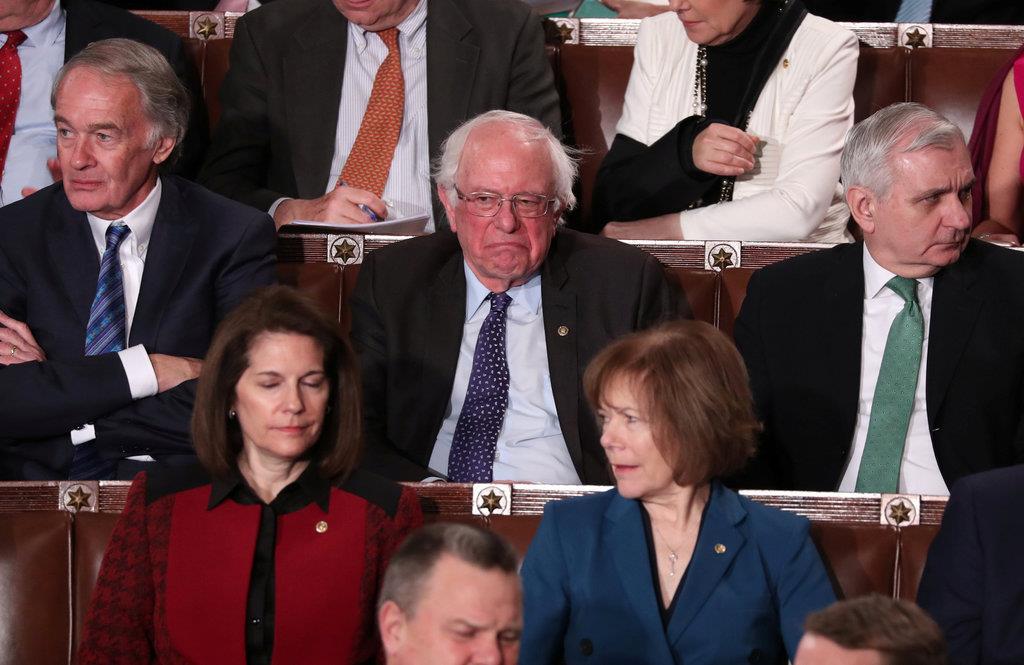 【一般教書演説】トランプ大統領の「社会主義」批判に拳を口に当てて憮然とした表情のサンダース上院議員