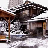 足湯と渡月の冬景色