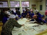 「内谷とちの実会」会員の指導で餅をこねる児童たち_R