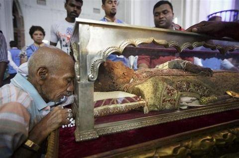 宣教師ザビエルのミイラ化遺体を公開 インド  だるだる速報