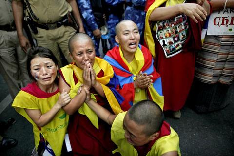 tibetan_exile_man_burned
