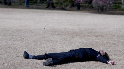 sunbathing_salaryman-710x398-535x300