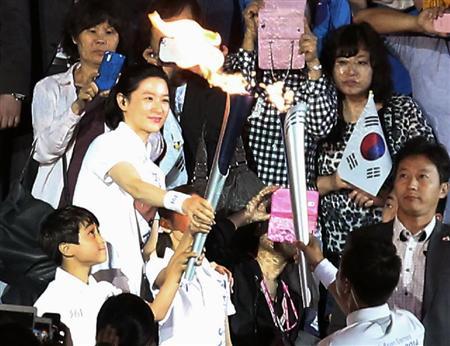 """【<丶`∀´>】仁川アジア大会「スポーツの祝祭が""""韓流祭り""""に変質した」 聖火点火者の女優起用に疑問の声上がる"""