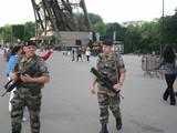 パリ、エッフェル塔の護衛官