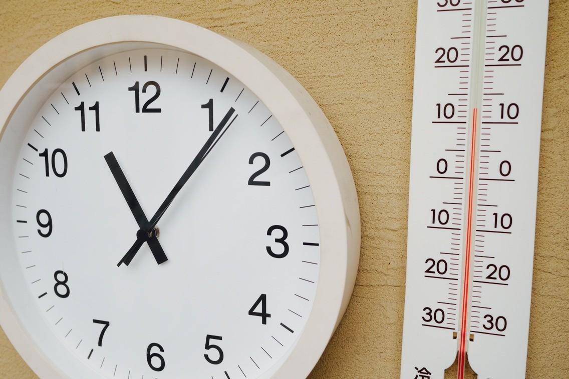 庭にある無印良品の時計。それと数字フォントがマッチしてるように見える温度計はダイソー製です。最近コータが帰って来ると「6度だったよ!寒かったよ!