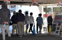 「感染しても気にしない」 店名公表後も営業のパチンコ店に長い列 福岡