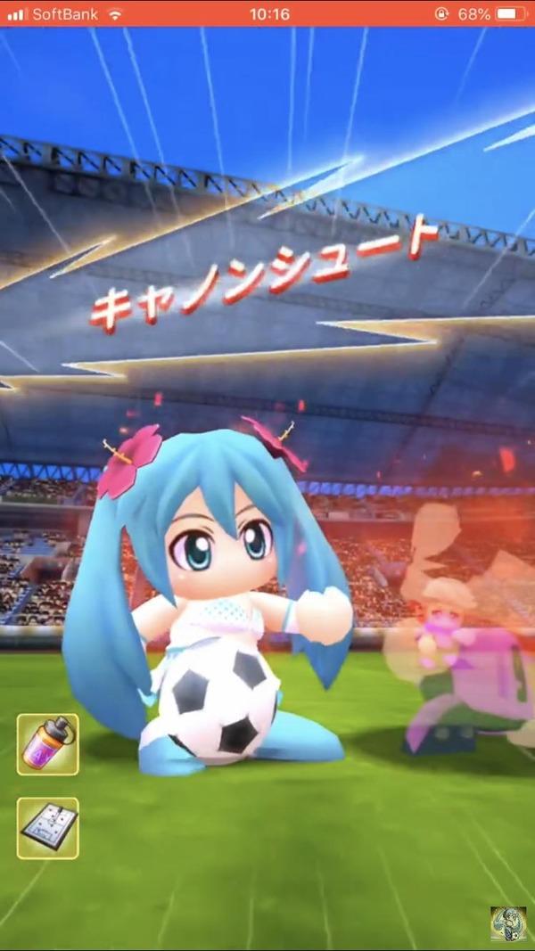 【悲報】ただでさえ天使のミクさん、水着にされた上サッカーをやらされてしまう (画像)