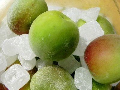 梅と氷砂糖を交互に入れる