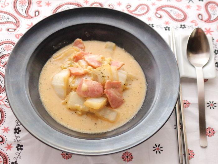 とろけるチーズとベーコンの白菜スープ煮