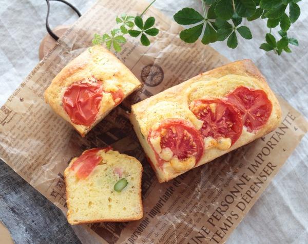 佐賀県産アスパラガスとトマトのケークサレ。そして庭では梅が満開です!