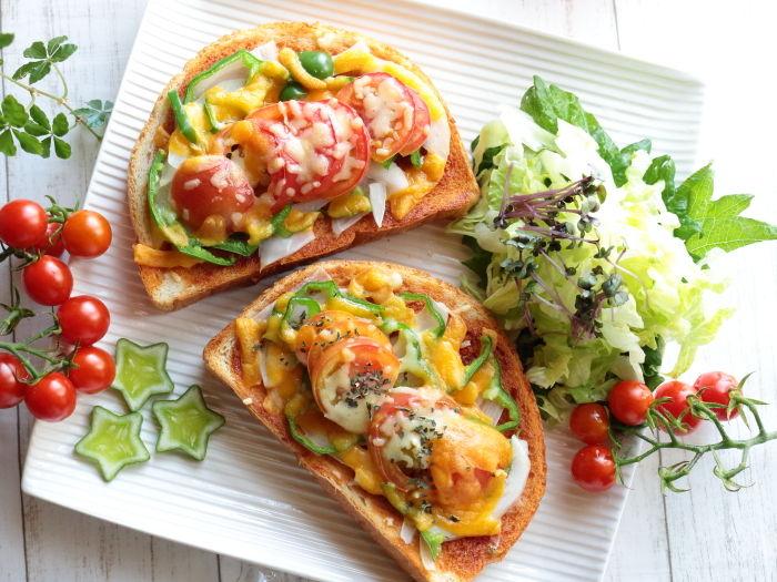 バジル香る夏野菜たっぷりのピザトースト【スパイス大使】2種のチーズを組み合わせた贅沢ランチ