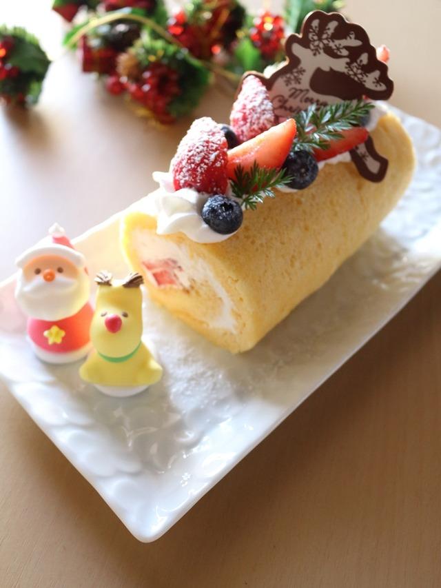 ブッシュドノエルじゃなくってもいいじゃない?いちごとブルーベリーのクリスマスロールケーキ