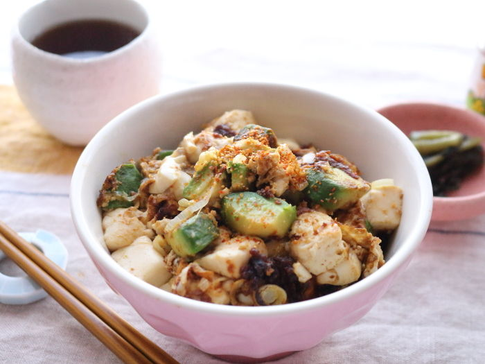 アボカドと豆腐の味噌どんぶり☆アボカドを使った簡単丼ぶり4選☆ひとりランチや夜食にも最適♪