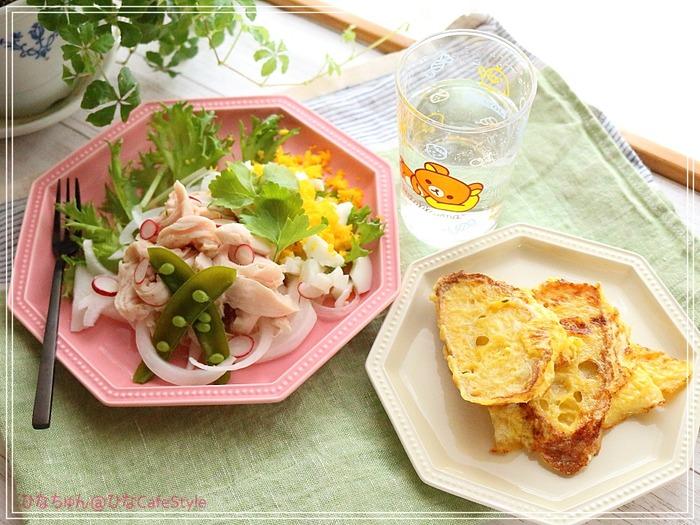 鶏ササミのサラダとお食事系フレンチトーストのモーニング☆休日はのんびりブランチもいいよね!