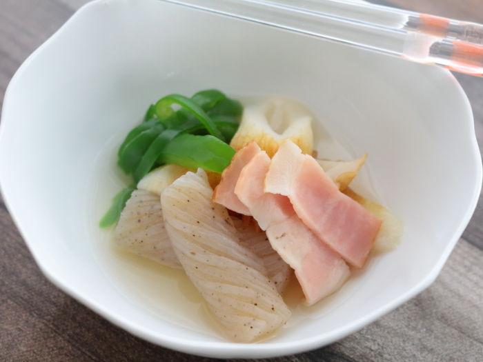 和の食材を洋風に使う「ねじりこんにゃくとちくわのコンソメ煮」副菜でもスープでも。どっちもいけちゃいます!