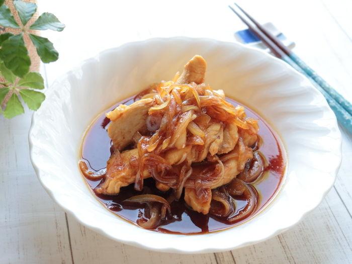 鶏むね肉のかば焼きのたれ炒め☆下ごしらえで鶏むね肉もふわふわ食感&飴色玉ねぎを時短で作るコツ!