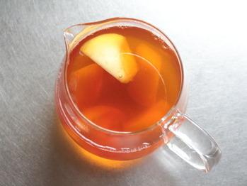 紅茶に桃を入れて一晩おく