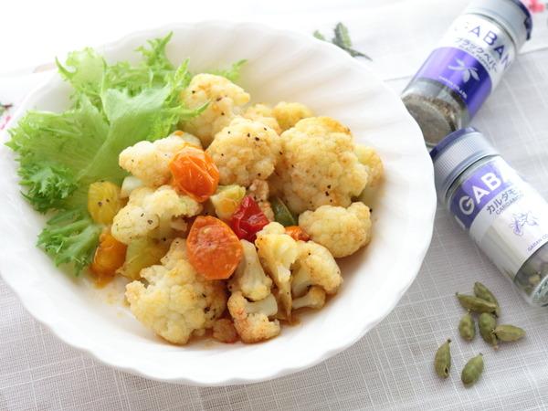【スパイス大使】カリフラワーとミニトマトの炒めサラダ(カルダモン風味)