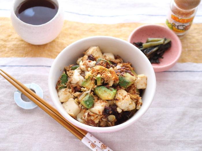 アボカドと豆腐の味噌どんぶり