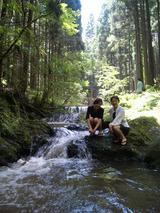 母と川遊び