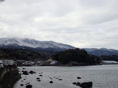 周りの山々は薄っすら雪化粧 (2)