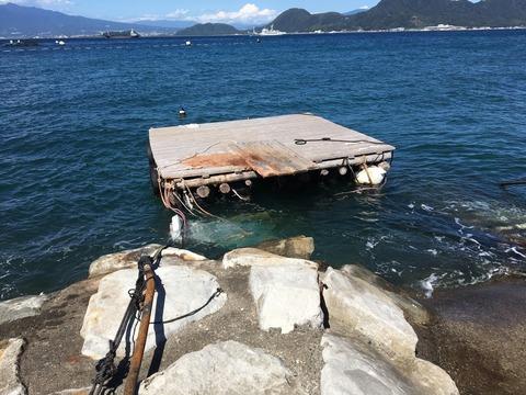 浮き桟橋への架け橋がドボン