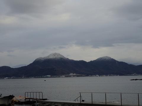 周りの山々は薄っすら雪化粧 (1)