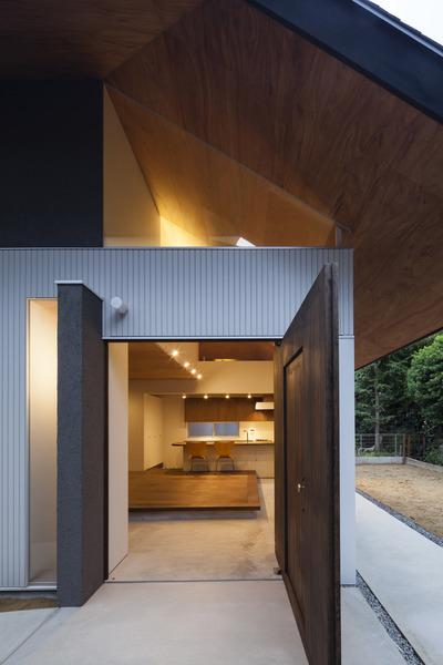 星丘の住宅ー傘のようなひとつ屋根の下に収められた家族の空間ー