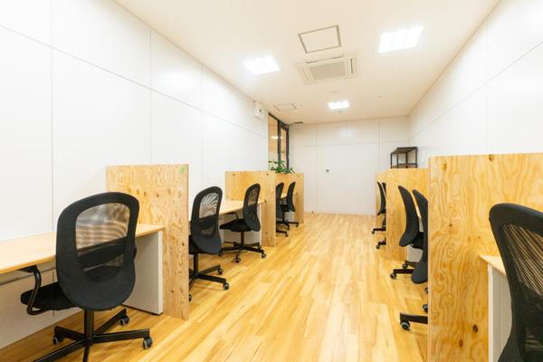 大阪・枚方市のコワーキングスペース ビィーゴの勉強・自習室の集中ルーム