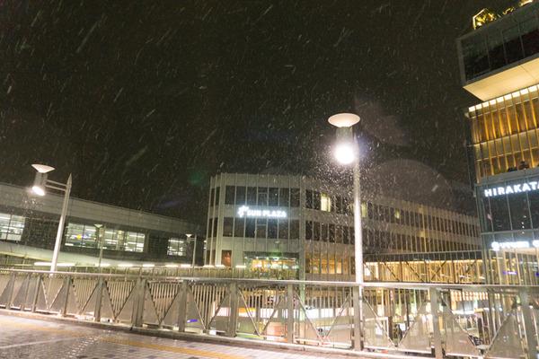 枚方市駅の雪-14
