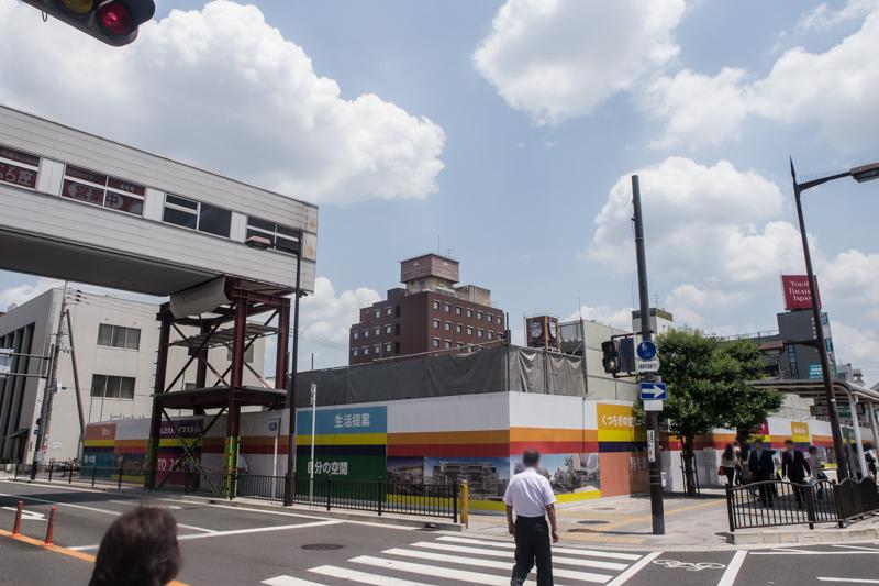 近鉄百貨店だった建物がほぼ解体されて、渡り廊下が飛び出たジェンガみたいになってる
